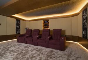Вид на заднюю часть домашнего кинозала и кресла реклайнеры Cinemacomfort