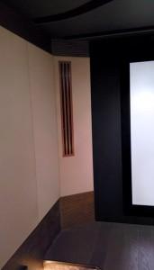 Решетка приточной вентиляции в угловом элементе стены покрашена в цвет дерева