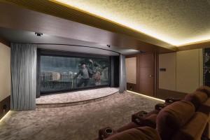 Домашний кинозал Величъ - вид на экран