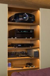Вид на встроенный в акустическую оболочку шкаф с оборудованием