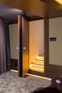 Вид на открытую акустическую дверь и подсветку ступеней