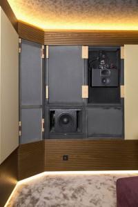 Вид на акустическую оболочку со снятыми грилями: сабвуфер SVS, АС Procella P6, усилитель Hypex
