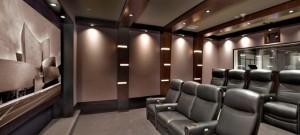 Пример отличного домашнего кинозала с прямыми стенами