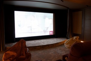 Экран в режиме 16:9 со шторами, маскирующими лишние части полотна