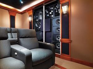Скрытая установка акустики и акустических панелей в кинозале